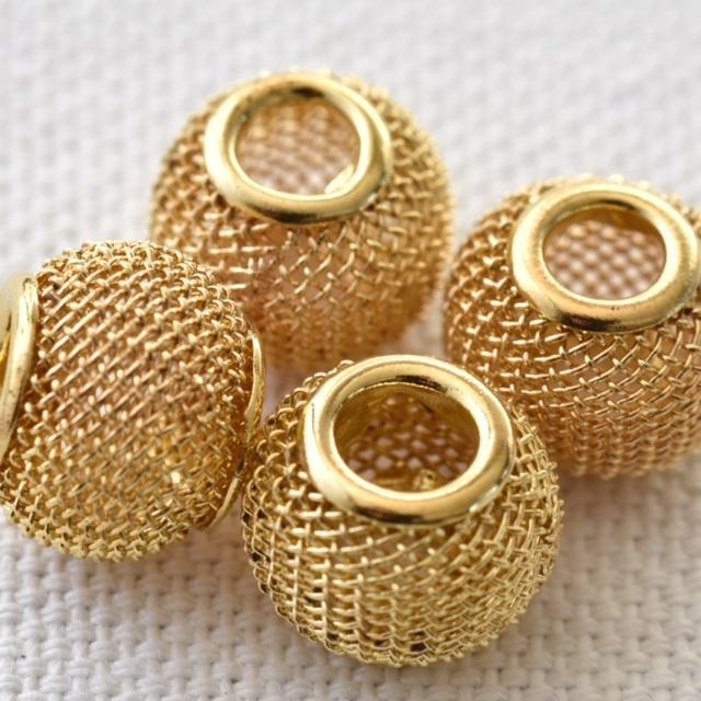 perles avec grillage de cage dorée