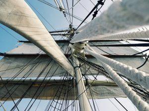 la marine hisse la voile