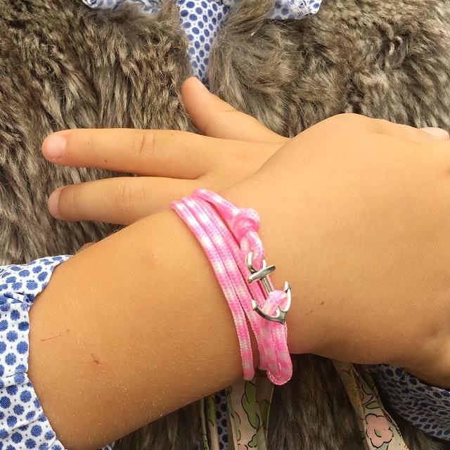 fourrure et bracelet rose