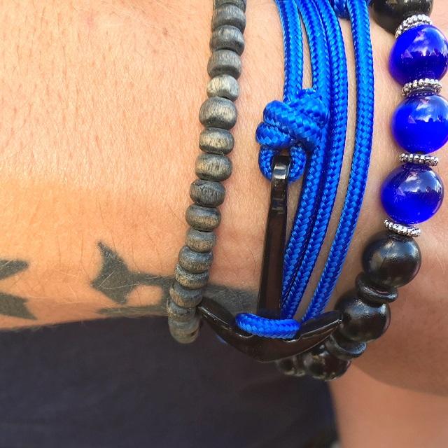 tatouage et deux bracelets bretons