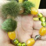 fourrure kaki sur perles ambre