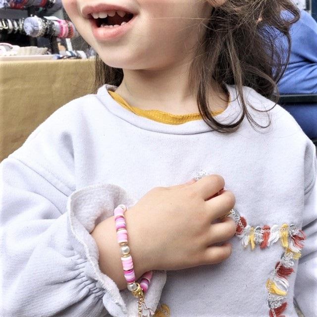 Licorne sur un poignet d'enfant