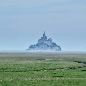 Mont Saint Michel et dans la baie un joli village celui de Cherrueix