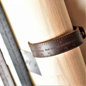 bricoleur et centimètre en cuir