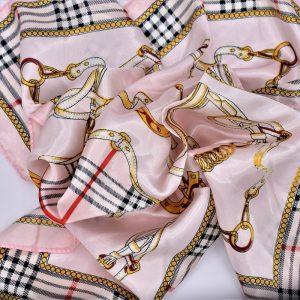 foulard à nouer autour du cou ou en accessoire de mode sur un sac .