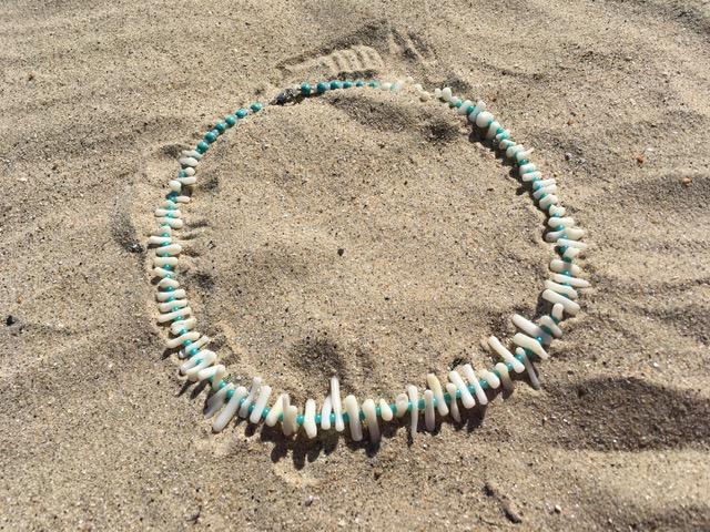 corail blanc sur le sable