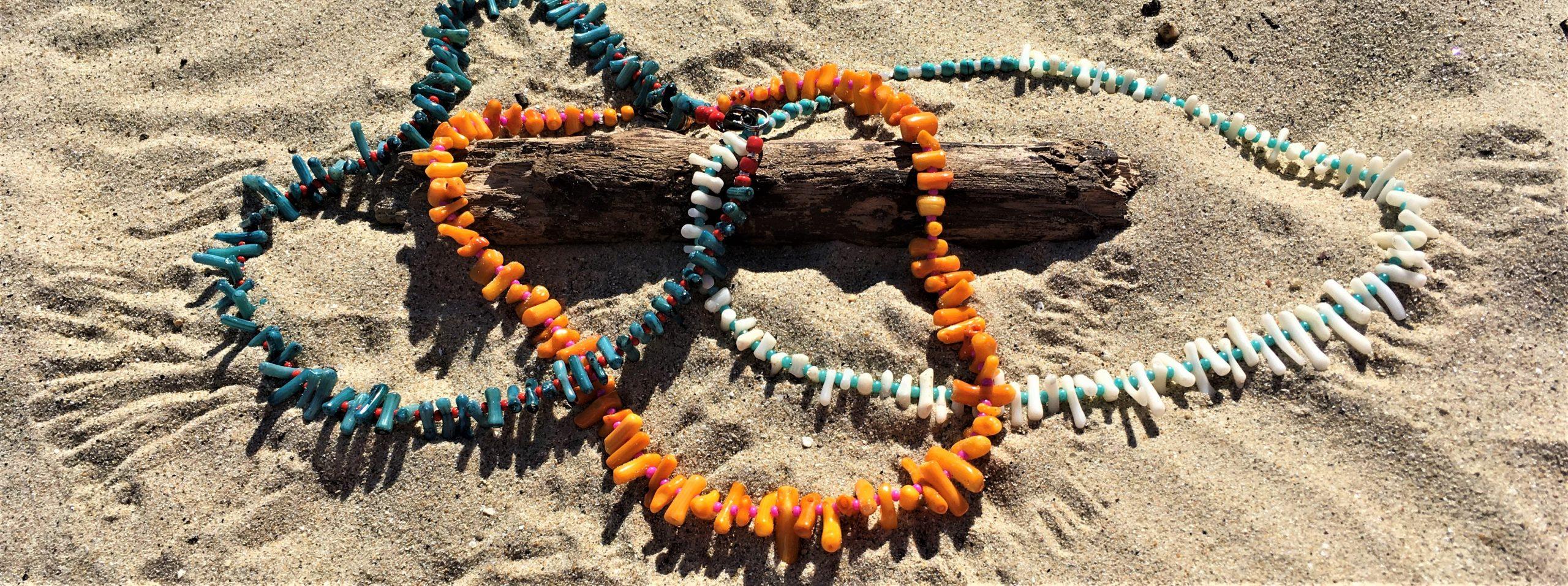bleu océan et corail pour bijou sur le sable